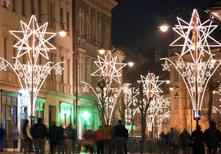 personas en la calle: Las luces de Navidad en la calle con la gente en la vieja ciudad de Sibiu Transilvania Rumania