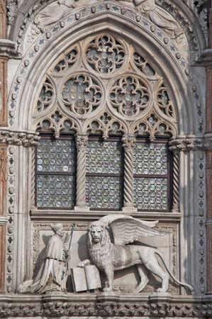 leon alado: Detalle de la catedral de San Marcos en Venecia Itay le�n con alas