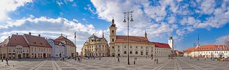 Panorama von Sibiu, Rumänien, Hauptplatz der Stadt an einem sonnigen Tag Standard-Bild