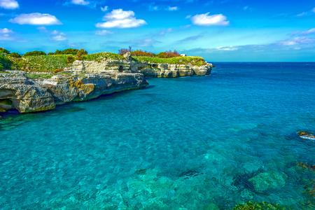 Mer Adriatique près de Grotta della Poesia, province de Lecce, dans la région du Salento des Pouilles, dans le sud de l'Italie