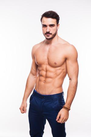 nackt: gesunde sportliche junge Mann mit Muskeln, halb nackt, isoliert auf wei�