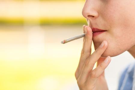 여자의 손에 시가에 최대 clouse와 금연 시가 개념