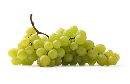 racimos de uvas: Uvas verdes aisladas sobre fondo blanco. Foto de archivo