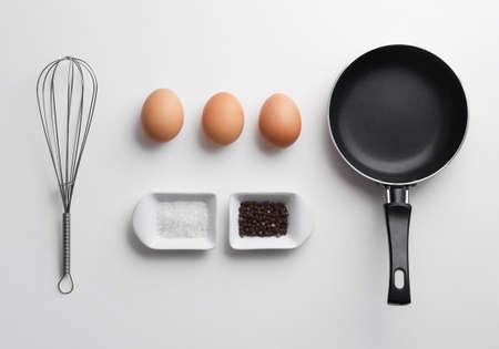 huevo blanco: Revuelto ingredientes huevos sobre la mesa blanca, sobre la visi�n