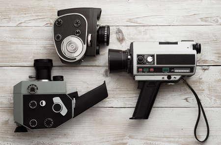 Colección de la cámara de vídeo de la vendimia sobre la mesa de madera de grunge, superior ver. Foto de archivo - 38823003