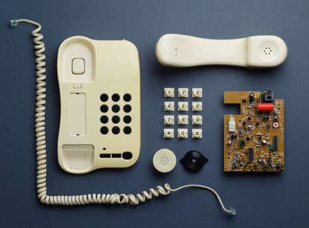 Partes de teléfono de la casa de la vendimia bien organizados sobre fondo azul oscuro, superior ver. Esta imagen es parte de una serie más grande. Foto de archivo - 40954751