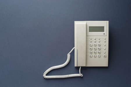 telefono antico: Casa Telefono dell'annata su sfondo blu scuro, sopra la vista. Questa immagine � parte di una serie di grandi dimensioni.