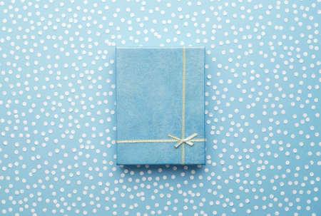 Navidad caja de regalo con la nieve confeti sobre fondo azul, vista por encima de Foto de archivo - 44194715
