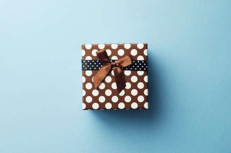 cajas navideñas: caja de regalo de Navidad sobre fondo azul, por encima de la vista.