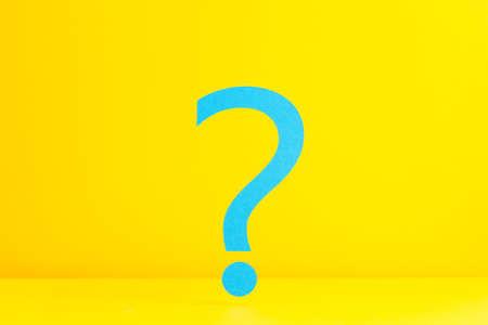 point d interrogation: Question d'interrogation sur fond jaune Banque d'images