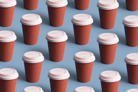 Disposable coffee cups organized in a row over blue background Foto de archivo - 118563928