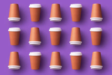 Multiple disposable coffee cups organized over purple background Foto de archivo - 118563943