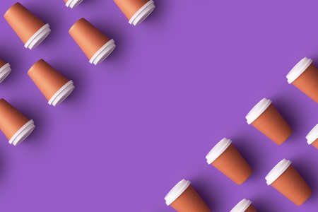Multiple disposable coffee cups organized over purple background with copy space Foto de archivo - 118563971