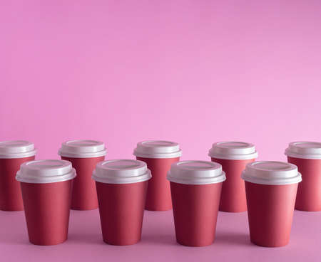 Disposable coffee cups organized over pink background Foto de archivo - 118563974