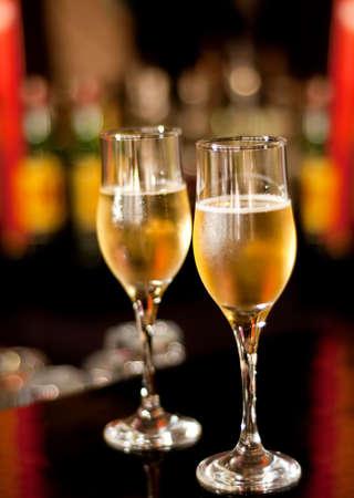 bouteille champagne: Lunettes avec champagne debout sur la barre