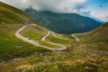 Transfagarasan 도로는 루마니아에서 가장 높고 가장 극적인 포장 도로입니다.