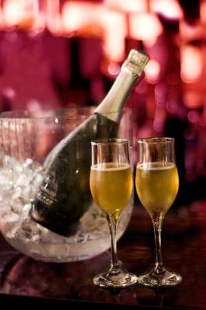 Glamour bicchieri di champagne e bottiglia isolato