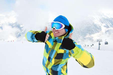 Man trägt Ski-Ausrüstung, lächelnd am Hang mit Bergen Hintergrund