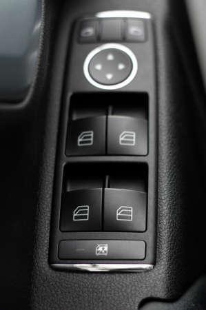 Janela e painel de controle espelho na porta do condutor, detalhe do carro moderno
