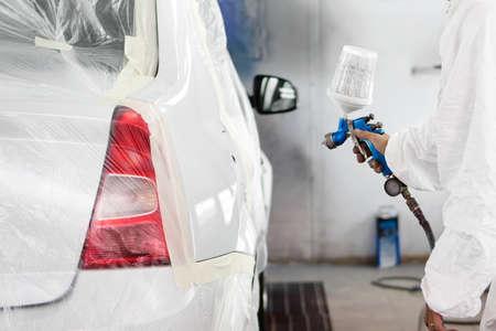 carroceria: pintura automotriz ingeniero pulverizaci�n en un coche blanco