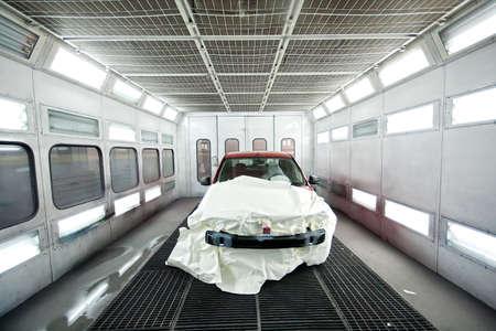 carroceria: Garage del coche con pintura de coches dentro de Foto de archivo