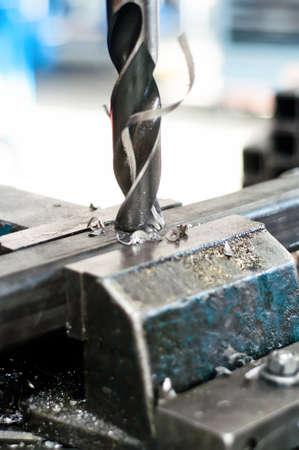 Boor gaan in een metalen stuk van een samenstel