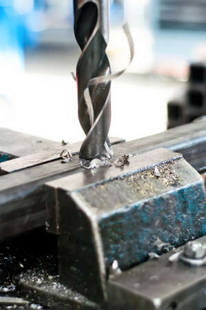 frezowanie: Wywiercić dzieje w metalowej kawaÅ'ka zespoÅ'u Zdjęcie Seryjne