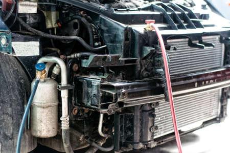 compresor: Detalles de coche auto del servicio, llenando el aire acondicionado