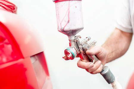 trabalho engenheiro automotivo e pintura no corpo de um carro em cabine especial Banco de Imagens