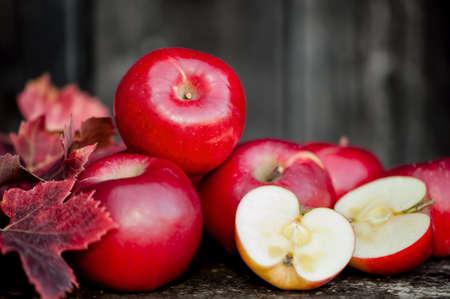 蘋果: 有機新鮮蘋果在秋季收穫在當地農場的木製背景。農業概念題材的新鮮蘋果的性質