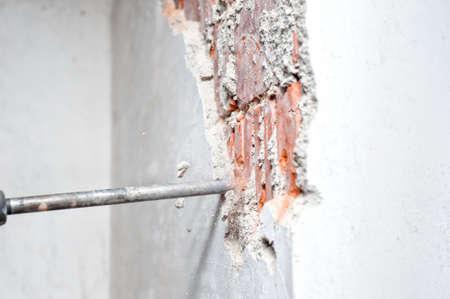 presslufthammer: Close-up der Presslufthammer distroying eine Innenwand in der Baustelle Lizenzfreie Bilder