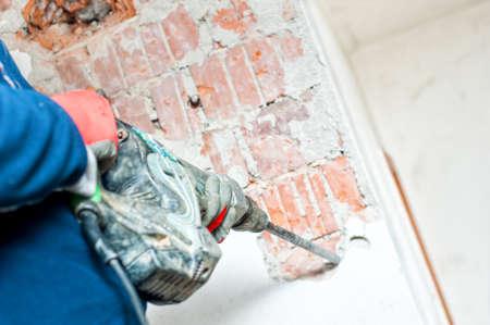 presslufthammer: Handwerker mit einem Presslufthammer zu konkreten Innenwände distroy Lizenzfreie Bilder
