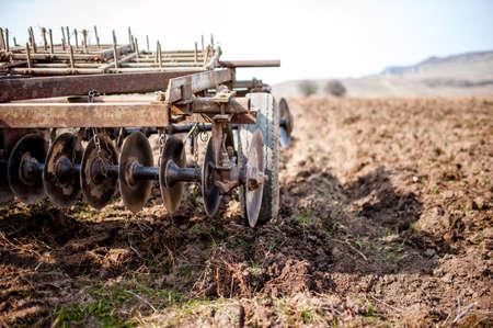 arando: Agricultor y tractor con arado, arado en un campo