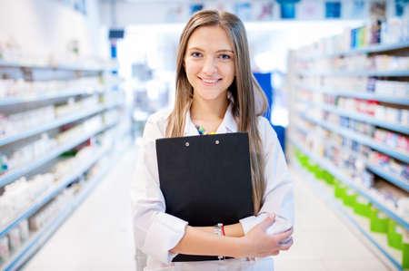 Blonde Apotheker mit Zwischenablage und verschreibungspflichtige Arzneimittel Lizenzfreie Bilder