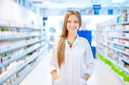 apothekerchemicus vrouw in apotheekdrogisterij