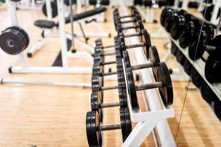 Manubri in moderno club sportivo, palestra o centro fitness Attrezzature per allenamento con i pesi Archivio Fotografico - 27463986