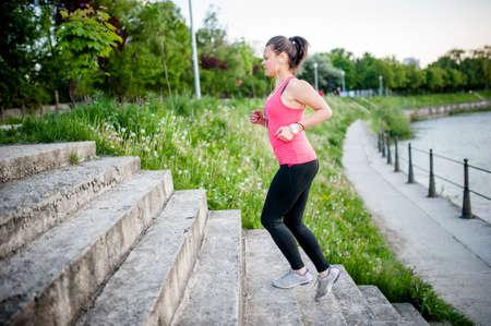 athletes: femme en bonne sant� de sport de mode de vie courante dans les escaliers de la rue le long de la rivi�re
