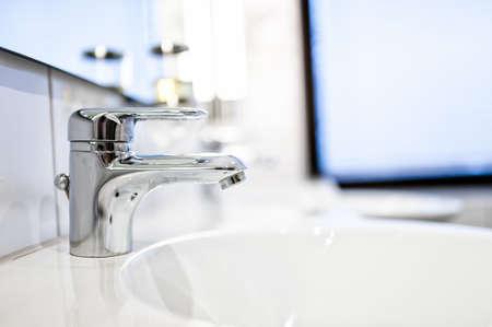 lavabo salle de bain: Salle de bain contemporaine robinets d'�vier et de miroirs dans la maison de luxe ou h�tel Banque d'images