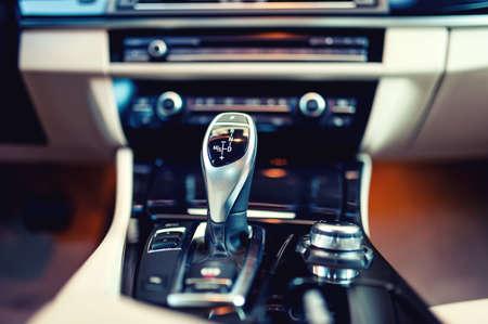 自動変速機自動伝送とコックピットの背景ビンテージ効果のアップで新しい、現代の車の車のインテリアの 写真素材
