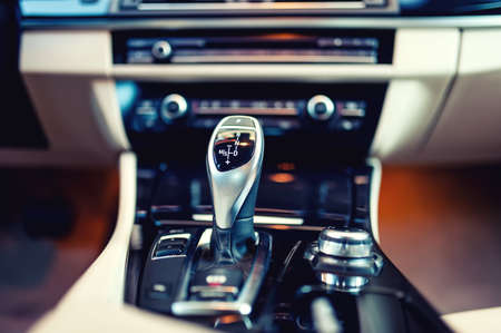 automatische Gangschaltung in einem neuen, modernen Auto Interieur mit Nahaufnahme von Automatik-Getriebe und Cockpit Hintergrund Vintage-Effekt