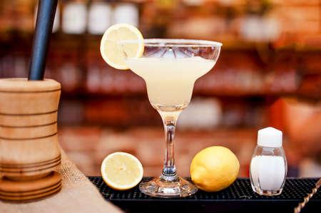 coctel margarita: margarita bebida coctel sirve fría en el bar y casino