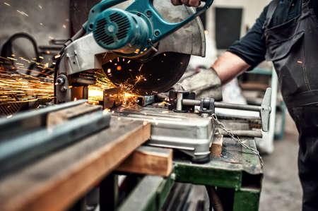 werkzeug: Mann, Arbeitnehmer mit einem slinding Verbindung Gehrungss�ge mit Rundmesser zum Schneiden von Metall und Kunststoff