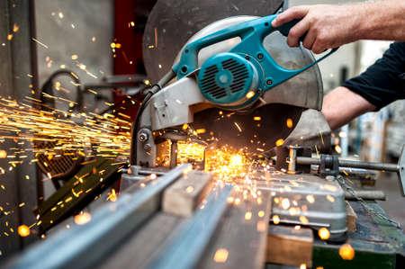 Industriële werknemer met behulp van een verbinding verstekzaag met ronde mes voor het snijden van metaal en kunststof Stockfoto - 30437367