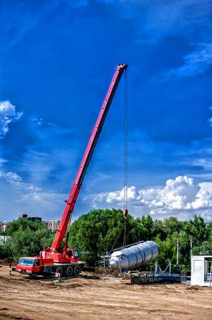 production plant: gru mobile industriale installazione di un impianto di produzione di calcestruzzo e cemento