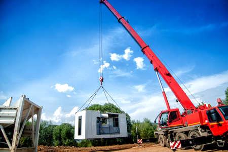 camion grua: grande, grúa industrial mover una planta de cemento móvil Foto de archivo