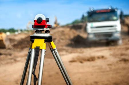 surveyor: equipos de ingeniería topógrafo con el teodolito en el sitio de construcción de infraestructura carretera