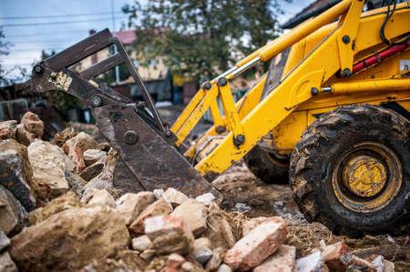 ブルドーザーのがれきや建設現場でリサイクル コンクリート廃棄物の読み込み