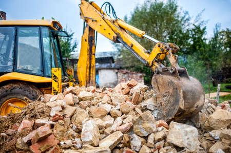ブルドーザーと建設廃棄物のリサイクル産業の油圧ショベル建設現場及び解体敷地
