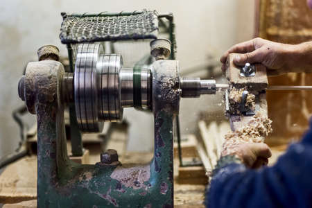 tallado en madera: los trabajadores en manos utilizando la herramienta de torneado de madera y otras herramientas de la industria para la creación de objetos y muebles de madera