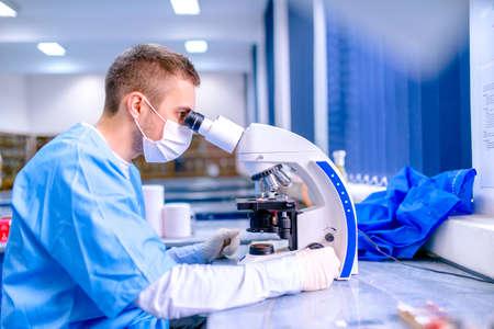 investigador cientifico: Cient�fico que trabaja en el laboratorio de qu�mica, el examen de muestras en microsc�picas